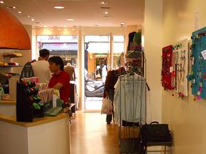 brand new 01381 df86d L idée d une consommation plus juste fait son chemin. Après l alimentaire,  les acteurs du commerce équitable investissent la mode et même la  cosmétique.